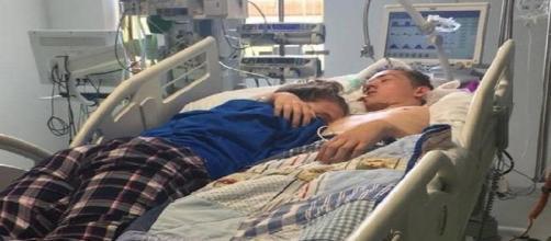 L'ultimo abbraccio di una 15enne al fidanzato: la foto commuove il web