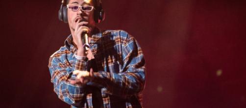 El cantante Bad Bunny se queja porque no le hicieron manicura en un centro estético