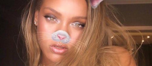 Rihanna con il décolleté in vista su instagram