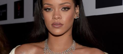 Rihanna su Instagram: con i capelli biondi e un décolleté generoso