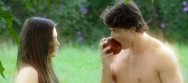 Adão e Eva comem uma manga, na nova novela da Record
