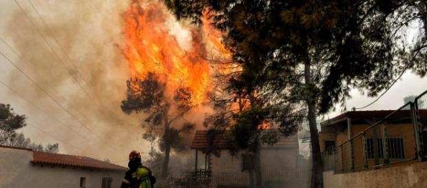 Atene brucia. Numerosi incendi devastano la Grecia.