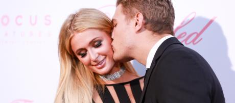 Chris Zylka, el prometido de Paris Hilton, exhibe su primera exposición artística en Ibiza