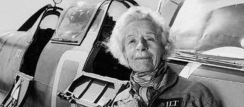 Addio a Mary Ellis, una delle ultime donne pilota degli Spitfire ... - cittadinapoli.com