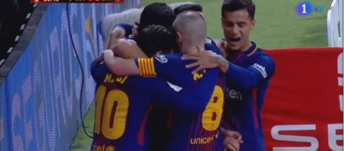 Barcelona a celebrar um golo. [Imagem via YouTube]