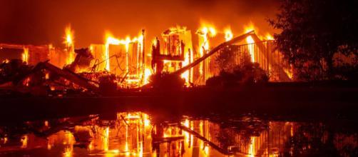 EE.UU. / Al menos 2 muertos en un incendio descontrolado en el norte de California