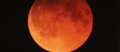 Eclissi lunare: la luna di sangue che fa paura ai catastrofisti