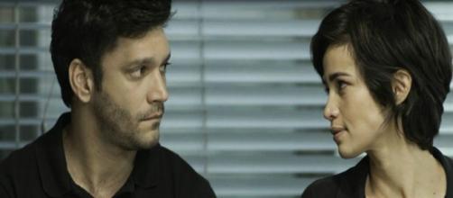 Maura e Ionan se beijam pela primeira vez. (Foto: Divulgação TV Globo)