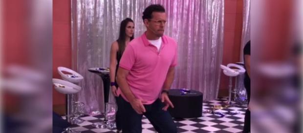 Fernando Rocha dança até o chão, ao som de Anitta