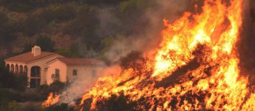 Amplían órdenes de evacuación por incendio en California