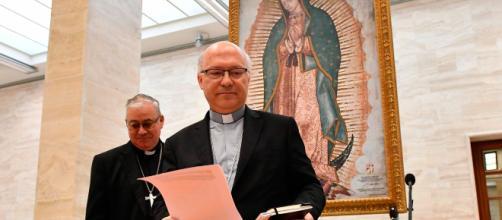 Dos obispos chilenos de los 34 que dimitieron ante el papa Francisco por el escándalo de pederastia en su país.