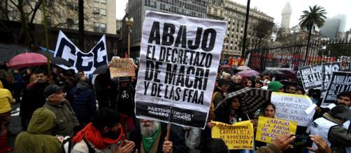 Miles de argentinos marchan contra la reforma que saca el Ejército a las calles
