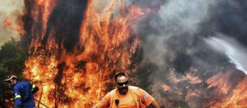 Nella foto alcuni soccorritori che tentano di domare l'incendio (via TgCom24)