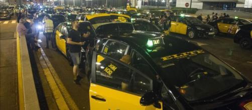 Protesta del sector taxi tranca la Gran Vía en Barcelona