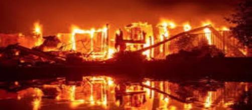 CALIFORNIA / Ascienden a 5 muertos y miles de personas evacuadas en un incendio forestal