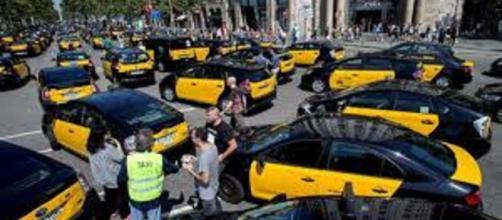 Continúa la protesta indefinida de los taxistas en Barcelona y se incrementa el conflicto