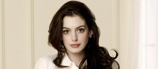 Anne Hathaway denuncia privilegios de los blancos, tras el asesinato de una joven de color