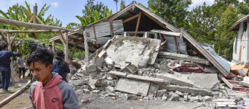 Sismo de magnitud 6.4 en Indonesia deja 14 muertos y 162 heridos