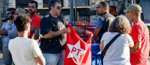 TRE-RJ faz blitz em ato organizado pelo PT e apreende material de campanha em ato pró-Lula, no Rio de Janeiro.