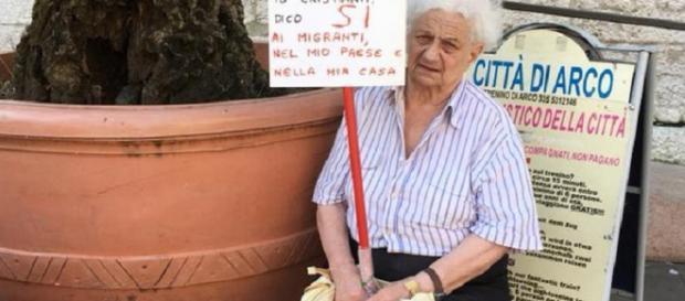 Arco: anziana di 83 anni ''io dico sì ai migranti'' - Facebook.