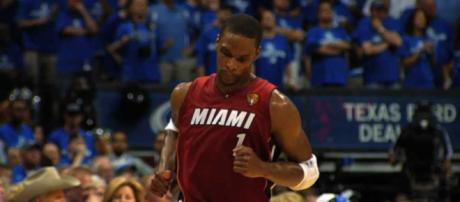 Chris Bosh is a former NBA player to keep an eye on as he could return to the league to join LeBron in LA. [Image via NBA/YouTube]