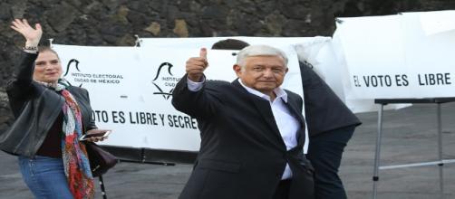 AMLO muestra su pulgar después de participar en la jornada electoral