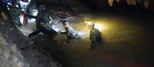 TAILANDIA / El rescate de los niños atrapados en una cueva se complica