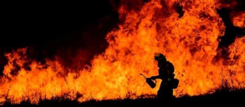 EE.UU / Los incendios County y Springs destruyen un centenar de casas