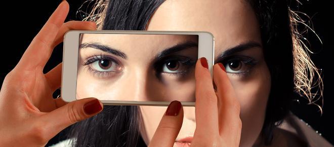 Un estudio ocular revela que más de 20 minutos de lectura en tu móvil afecta a tu visión