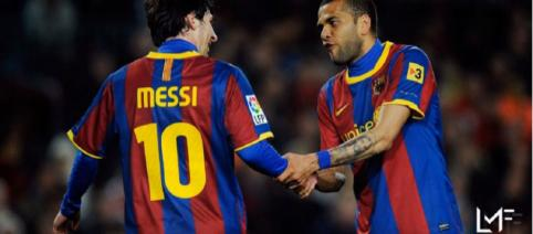Messi com Dani Alves, no Barça [Imagem via YouTube]