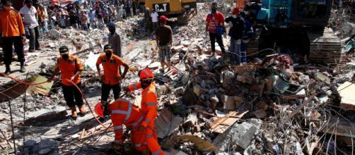 Aumenta número de víctimas de sismo en Indonesia