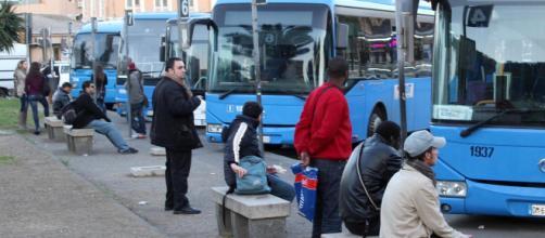 Catania, africane cercano di salire sul bus: autista va via.