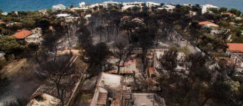 GRECIA/ Algunas casas bloquean las vías de escape del incendio