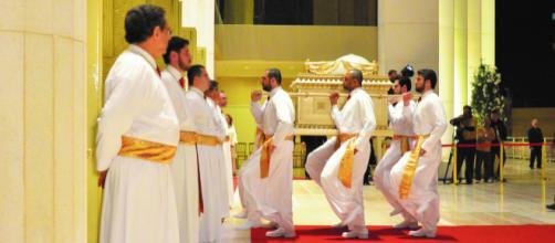Réplica da Arca da Aliança retorna ao Templo de Salomão