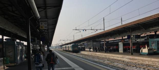 Alla stazione Porta Nuova di Torino un immigrato di colore ha aggredito un agente.