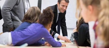 Francia, Macron esulta: ok del Senato alla legge sul divieto di uso del cellulare nelle scuole.