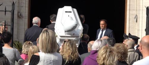 A Roma i funerali di Pamela Mastropietro, la commozione degli ... - fanpage.it