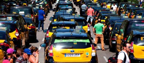 Los taxistas mantienen el paro a la par del cierre de la Gran Vía en Barcelona