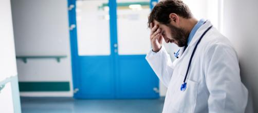 Muore un paziente: i familiari sfasciano l'ospedale e aggrediscono i medici