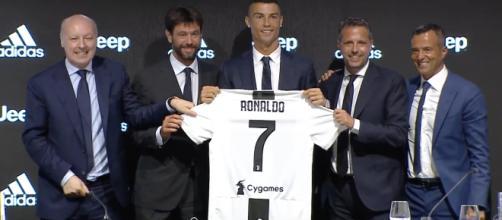 Ronaldo no momento da sua apresentação. [Imagem via YouTube/Juventus]