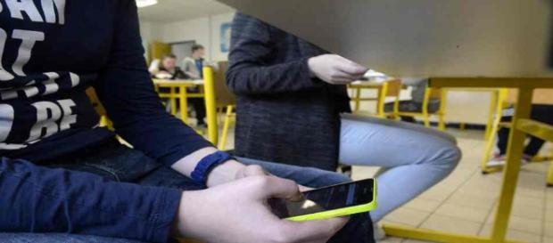 La loi qui interdit le téléphone portable à l'école vient d'être votée