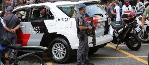Suspeita é atingida pela arma de um policial militar de São Paulo.