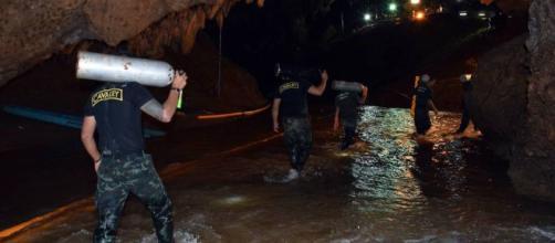 TAILANDIA / Muere 1 de los buceadores en rescate de los 12 niños atrapados en la cueva