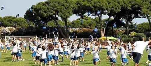 Animatori di un campo estivo prendono a bastonate i bambini