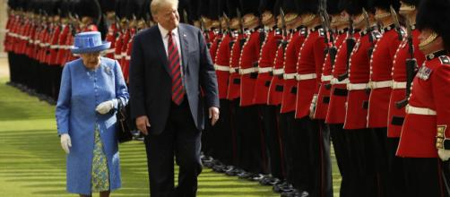 Donad Trump e la regina Elisabetta