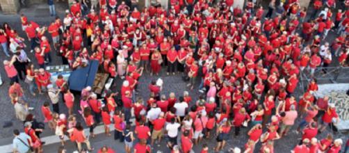 Maglietta rossa: il motivo per cui le bacheche dei social network sono intasate.