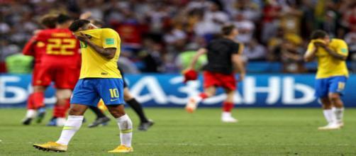 Neymar cobre o rosto após a queda