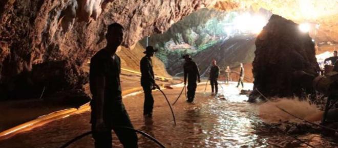 Crianças presas em caverna na Tailândia começam a ser resgatas neste domingo