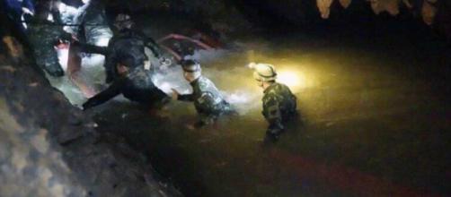 TAILANDIA/ El rescate de los niños atrapados en una cueva se complica por la lluvia