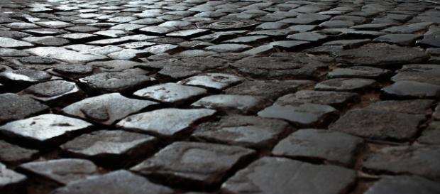 Buche e sampietrini sconnessi in una centrale via di Roma hanno fatto cadere Rino Barillari, re dei paparazzi, che ora chiede i danni al Comune.